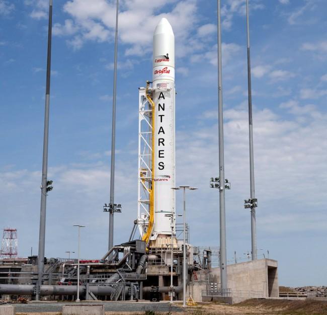 Ракета Orbital Sciences Antares готовится к запуску с космодрома MARS