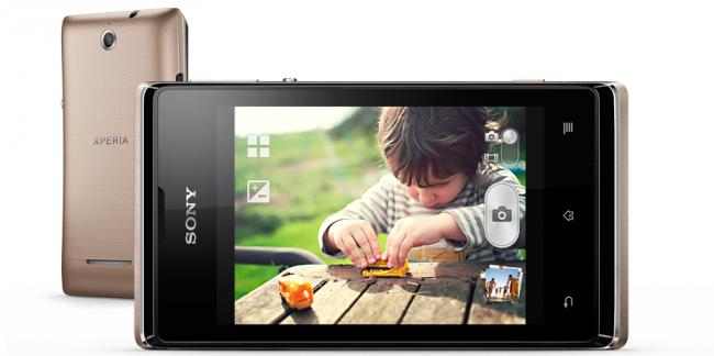 Sony Xperia E Dual существует в двух цветах - черном и золотистом