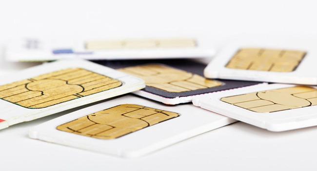 Специалист по вопросам шифрования и безопасности Керстен Нол (Karsten Nohl) выявил опасную уязвимость в SIM-картах. Керстен Нол занимался выявлением и исследованием этой уязвимости на протяжении 3 лет. За это время он протестировал около 1 тыс SIM-карт. В результате было установлено, что определенные типы SIM-карт подвержены уязвимости, которая вызвана использованием устаревшего стандарта шифрования DES (Digital Encryption Standard). Всего проблемными были около четверти протестированных SIM-карт. В глобальном масштабе потенциально уязвимыми являются около 500 млн мобильных телефонов и смартфонов, использующих такие карты. Уязвимость позволяет злоумышленникам получать несанкционированный доступ к мобильному устройству с проблемной SIM-картой. Для этого достаточно отправить специальное сообщение на аппарат. В дальнейшем злоумышленники могут удаленно получать доступ к данным, копировать их, отправлять с мобильного телефона SMS-сообщения на платные номера, перенаправлять или записывать телефонные разговоры, совершать мошеннические действия с платежами. По мнению Керстена Нола, злоумышленники еще не знают, как именно можно использовать выявленную им уязвимость. На разработку методики использования уязвимости SIM-карт у заинтересованных сторон может уйти около полугода. Однако два крупных оператора уже занялись поиском способа полного устранения уязвимости. После окончания данного решения они передадут его и прочим игрокам рынка. Подробные сведения о выявленной уязвимости Керстен Нол намерен предоставить во время проведения конференции по вопросам безопасности Black Hat, которая будет проходить в Лас-Вегасе 31 июля.
