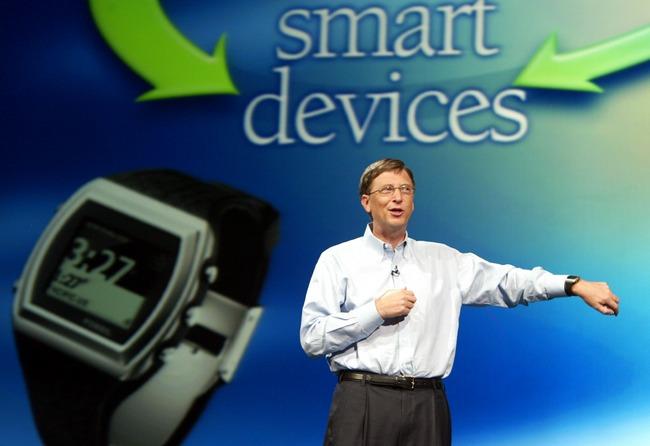 Билл Гейтс демонстрирует новенькие умные часы, выпущенные в рамках концепции Microsoft SPOT (2002 год)