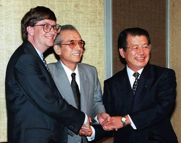 Билл Гейтс (слева) и Хироси Ямаути (по центру) – люди, которые первыми начали ценить «софт» больше чем «хард»