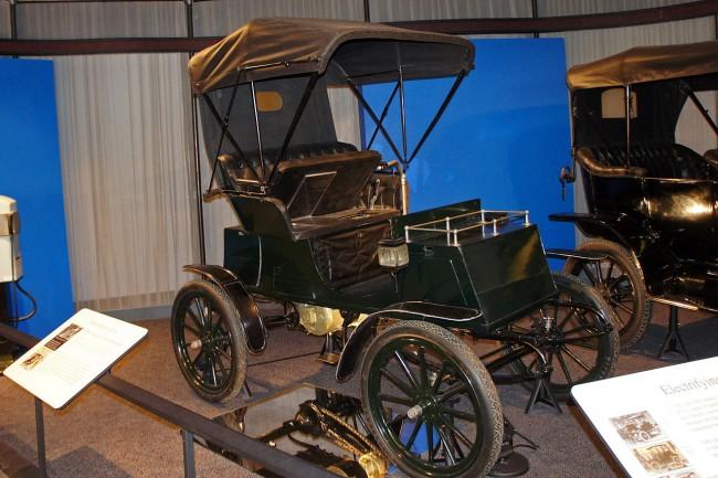 Электромобиль Columbia Runabout стал бестселлером в США в 1900 году и разошелся в количестве более 1000 штук