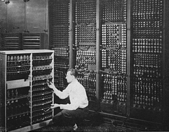 Чтобы заменить лампу в ENIAC, сначала нужно было определить, какая именно из его 19000 ламп вышла из строя…
