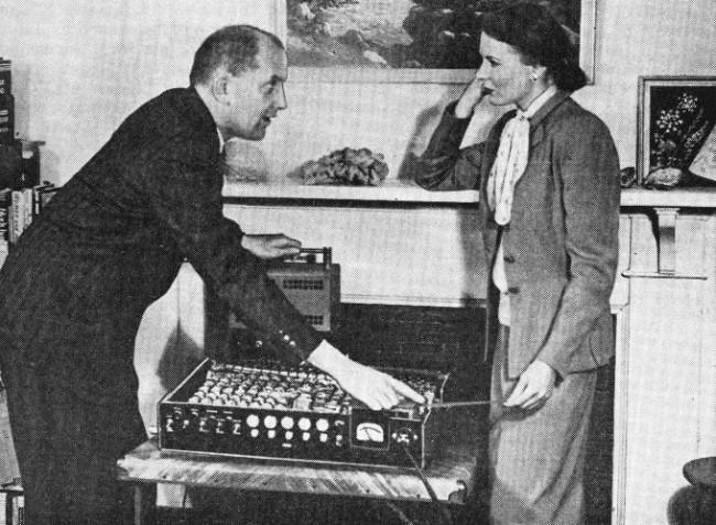 Эдмунд Беркли демонстрирует способность «Саймона» считывать информацию с перфоленты, придерживая левой рукой блок питания