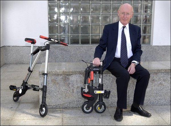 Изобретатель и его A-bike – в рабочем и в собранном виде