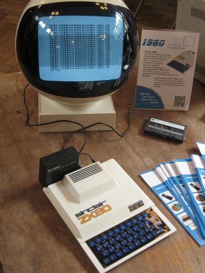 ZX80 с блоком расширения, добавляющим 16КБ ОЗУ, на выставке UK Vintage Computing Festival в 2010 г.