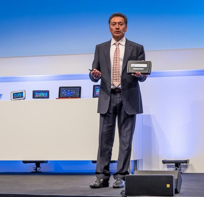 Кристиан Моралес (Christian Morales), вице-президент Intel, демонстрирует интеллектуальный шлюз, построенный на базе системы на SoC Quark