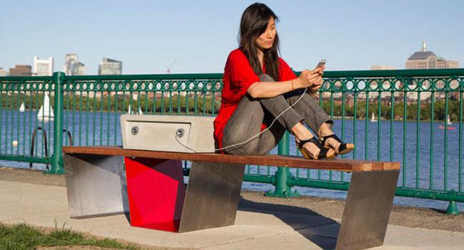 В Бостоне появятся скамейки, позволяющие заряжать батареи смартфонов
