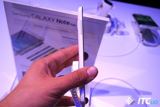 Окантовка корпуса Galaxy Note Edge сделана из матового пластика