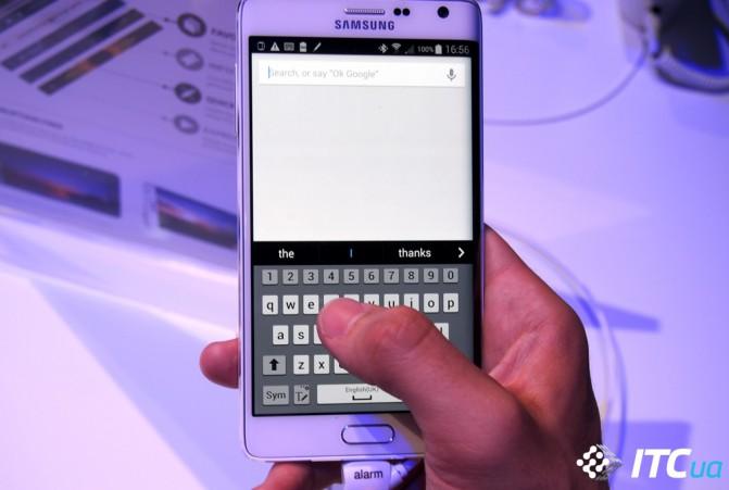Несмотря на все опасения, загнутая панель не мешает набирать текст даже одной рукой. При появлении клавиатуры она просто перестаёт реагировать на касания