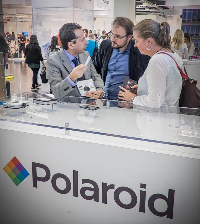 Polaroid продолжает эксперименты: очень большая цифровая мыльница со встроенным принтером и Android. Называется Socialmatic, с прицелом на социальные сети.