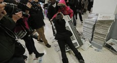 Black Friday: обезумевшие от скидок британцы подрались за телевизоры Polaroid