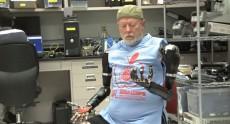Видео дня: человек, управляющий двумя роботизированными руками «силой мысли»