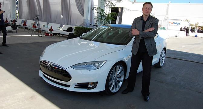 Новые прошивки предотвратят полный расход заряда батареи и добавят автопилот в электромобили Tesla