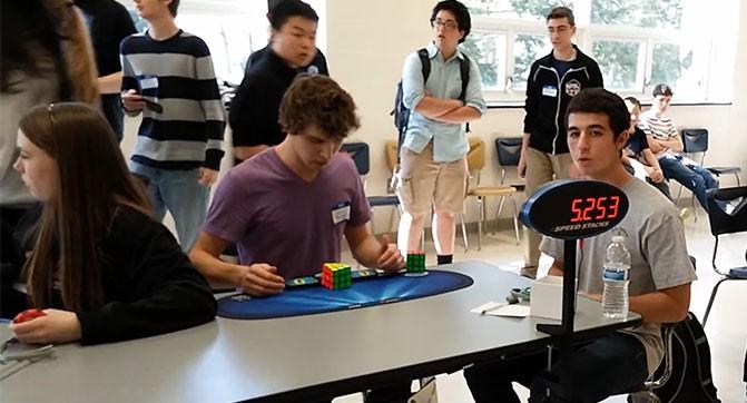 Старшеклассник установил рекорд сборки кубика Рубика, затратив всего 5,25 секунды