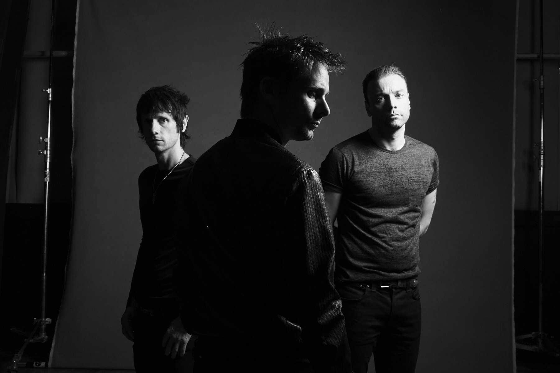 Muse выпустили альбом Drones темой которого является Третья мировая война 28
