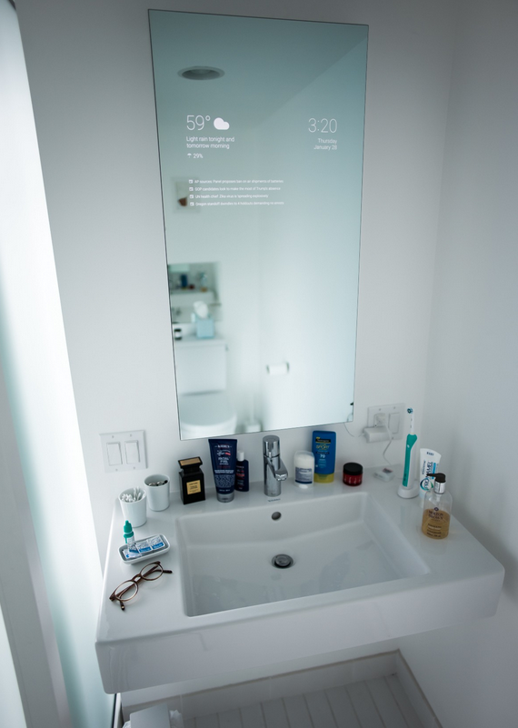 Сотрудник Google создал умное зеркало, способное выводить на поверхность различную информацию