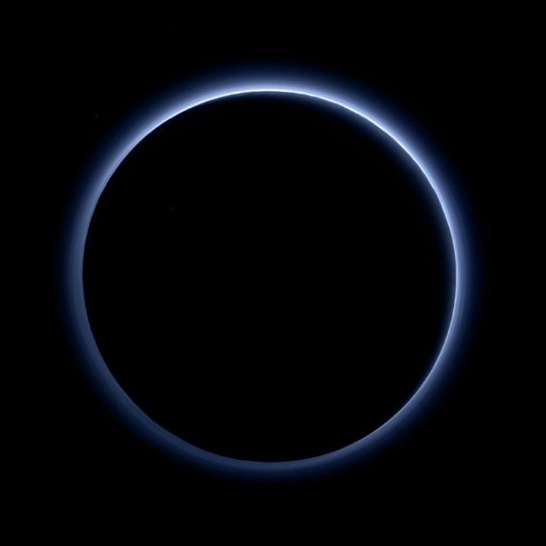 800px-Blue_hazes_over_backlit_Pluto (1)