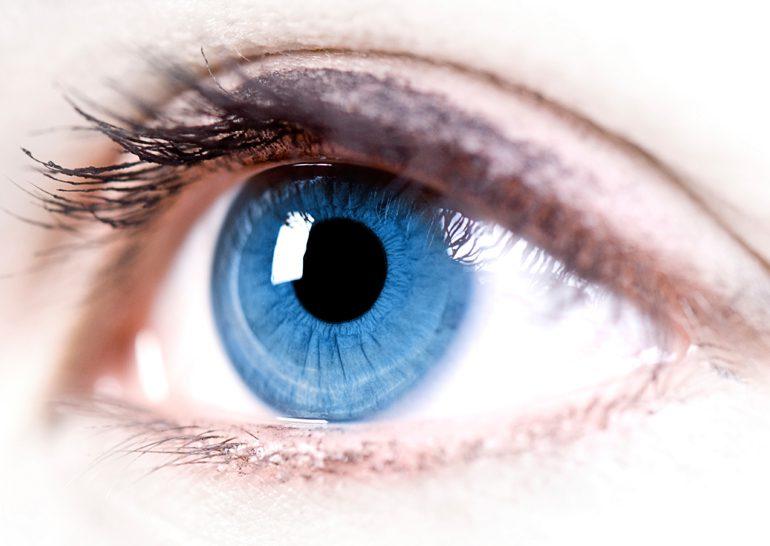 Google запатентовала умную линзу, интегрируемую в глаз человека