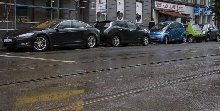 1280px-Tesla_Model_S_Nissan_LEAF_Peugeot_iOn_Buddy_Th!nk_in_Oslo_2013
