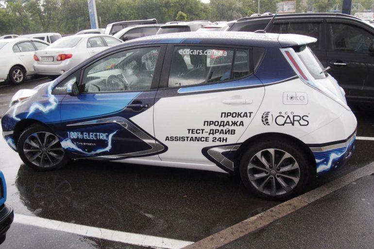 Правильный шоу-кар и отличное брендирование: этот Nissan Leaf от компаний BLS и Еco Cars узнается сразу!