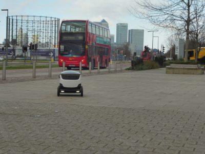 В Европе стартуют пилотные проекты с использованием шестиколесных роботов-курьеров Starship Technologies, самостоятельно развозящих посылки