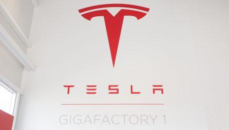 Фотогалерея дня: завод Tesla Gigafactory снаружи и внутри