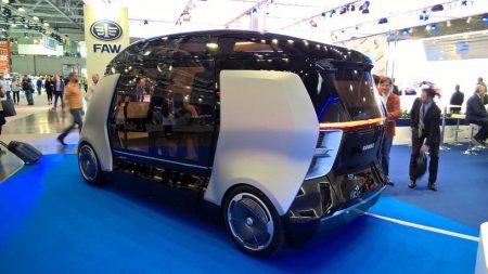 «Шатл» – совместный проект беспилотного микроавтобуса «КамАЗ», «НАМИ» и «Яндекс», который обещают выпустить уже в 2018 году