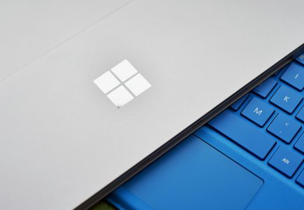 Моноблочный ПК Microsoft Surface выйдет в трех вариантах, различающихся размером и разрешением экрана, а гибридный ноутбук Surface Book 2 лишится уникальных петель