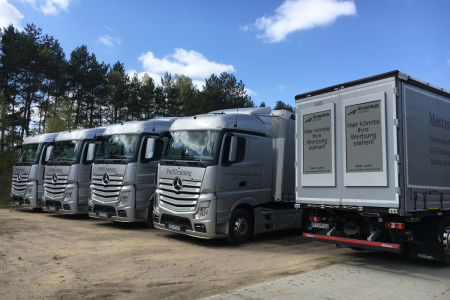 Немецкая компания RoadAds представила 64-дюймовые E Ink панели cо встроенными 4G и Wi-Fi для трансляции рекламы на грузовиках
