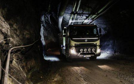 Видео дня: эффектная демонстрация возможностей беспилотного грузовика Volvo в тоннелях шведской шахты
