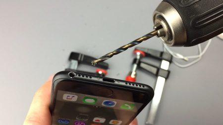 Пока одни пользователи рискуют своей свободой ради покупки новых iPhone 7, другие сверлят их в поисках скрытого разъема 3,5 мм