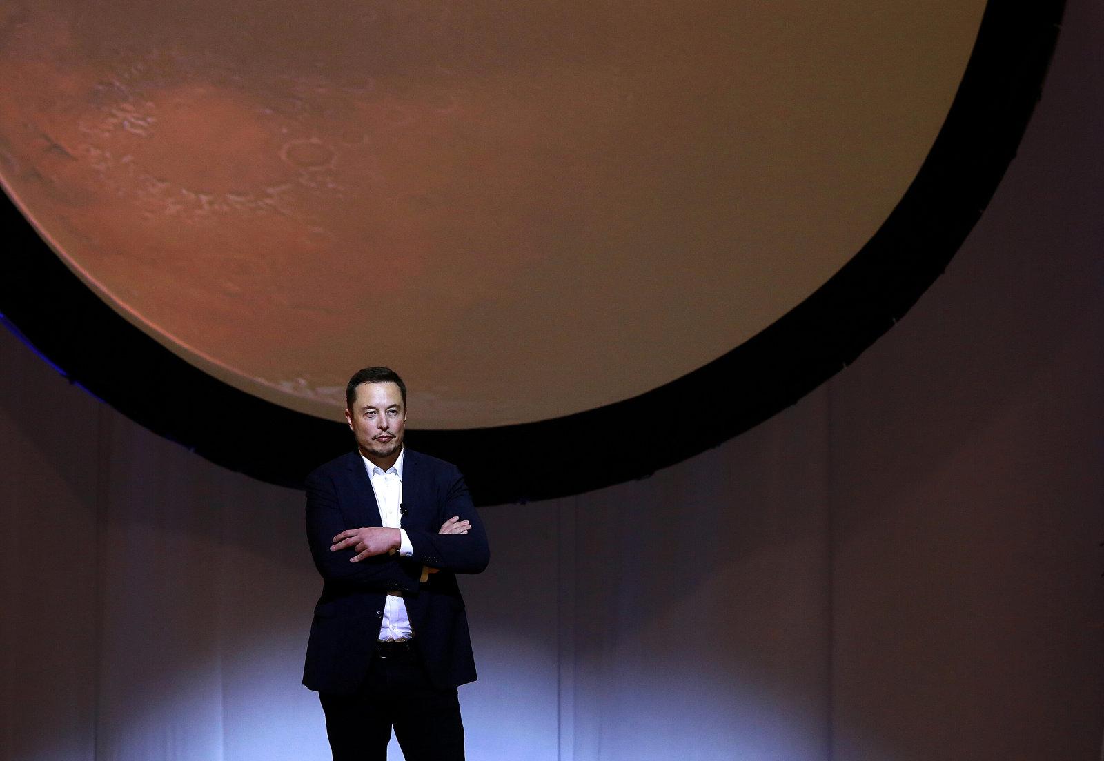 SpaceX планирует перед доставкой людей построить наМарсе завод попроизводству топлива