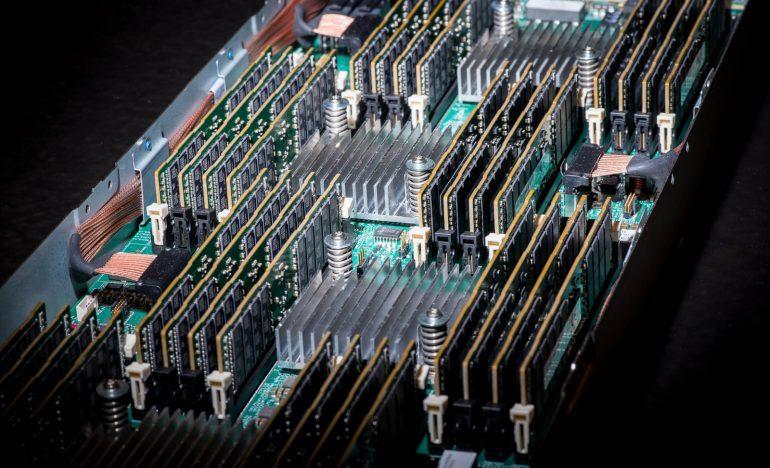 HP успешно испытала свою революционную компьютерную архитектуру, сочетающую мемристоры и кремниевую фотонику
