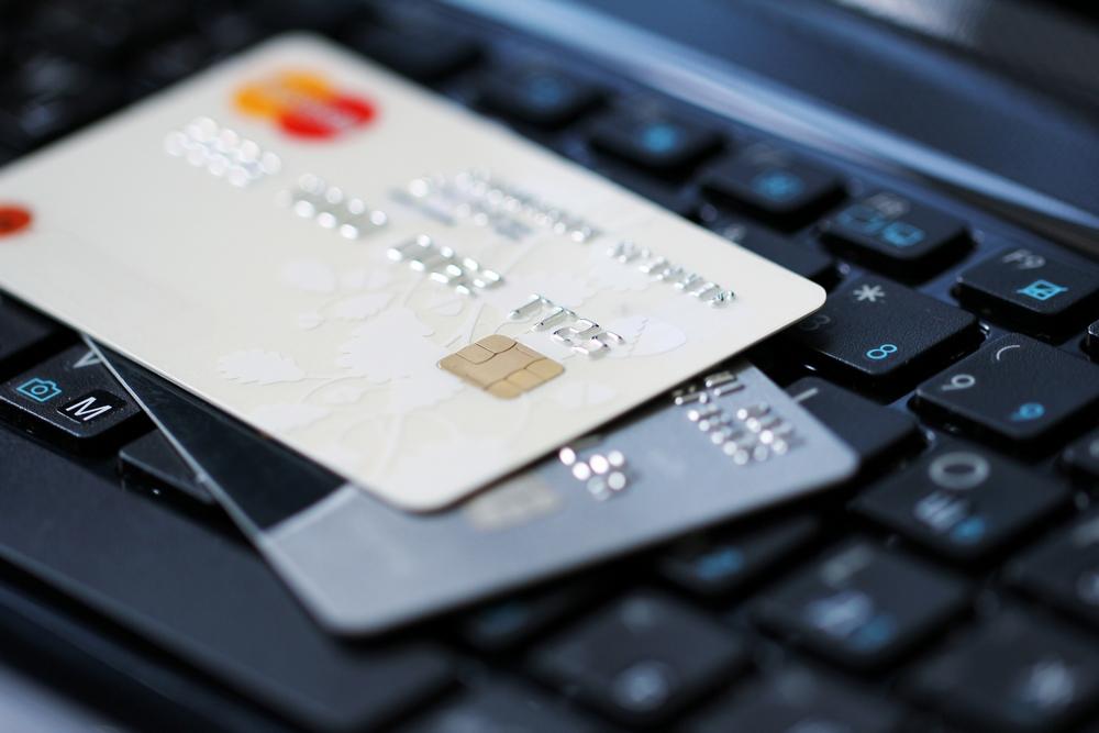 Украинцы начали втри раза больше использовать платежные карты