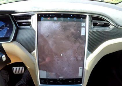 Последнее обновление прошивки электромобилей Tesla включает две рождественские «пасхалки» — световое шоу и навигатор по Марсу