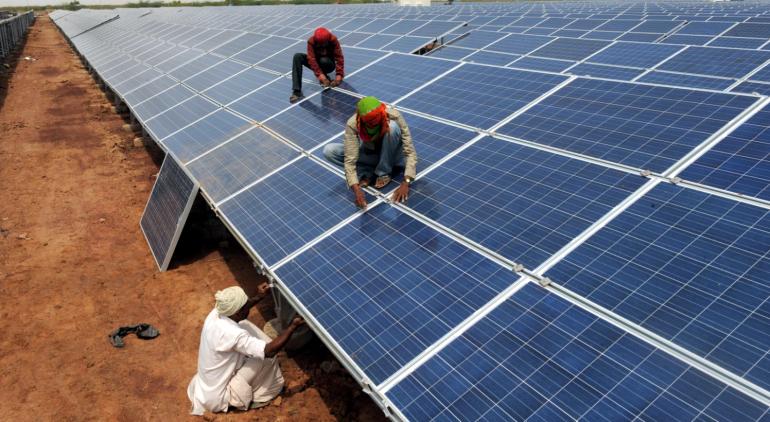 За 8 месяцев Индия построила самую большую в мире солнечную электростанцию из 2,5 млн панелей с роботизированной системой очистки