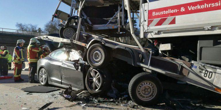 Водитель электромобиля Tesla Model S на «огромной скорости» врезался в фуру и выжил