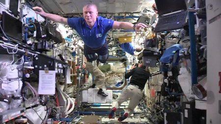 Экипаж МКС замер в невесомости для #MannequinChallenge. Получилось жутковато [видео]