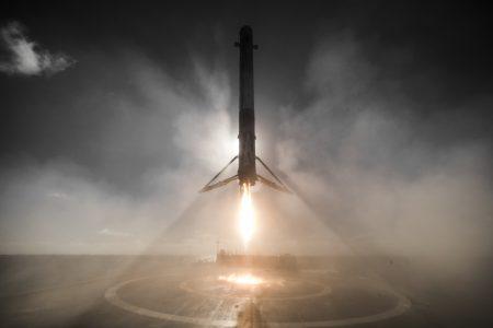 SpaceX удалось сделать поистине впечатляющее фото недавней посадки Falcon 9 на морскую платформу