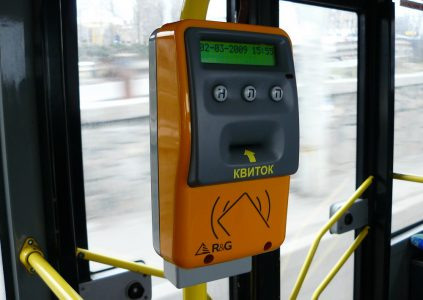 В Киеве электронный билет появится сначала в скоростных трамваях на Борщаговке и Троещине, затем на фуникулере и электричке и только потом в другом общественном транспорте