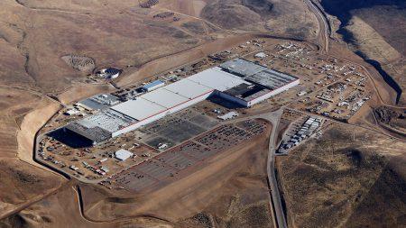 Питание «гигафабрики» Tesla обеспечит установленная на ее крыше 70-мегаваттная солнечная электростанция, которая будет крупнейшей станцией такого типа