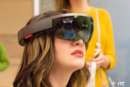 Потребительская версия очков Microsoft HoloLens выйдет в 2019 году и это будет уже третья версия устройства, выпускать вторую компания якобы передумала