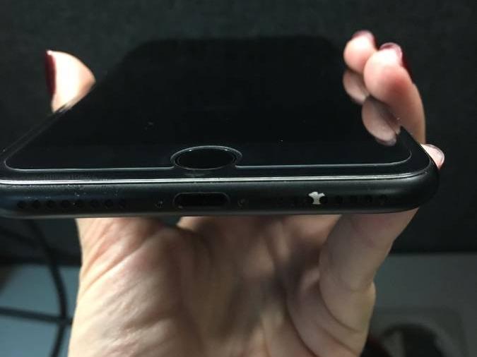 У некоторых смартфонов iPhone 7 в цвете Matte Black начались проблемы с краской