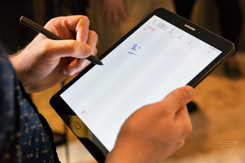 «Живой» Galaxy S8: первые видео сработающей новинкой Самсунг