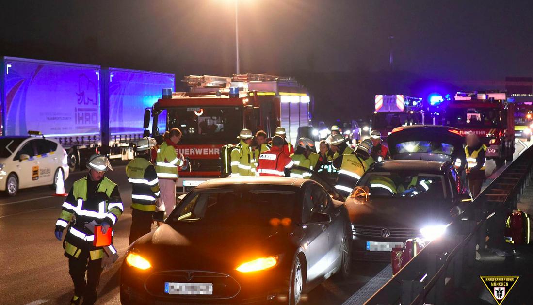 Владелец Tesla Model S пожертвовал своим автомобилем, чтобы остановить неуправляемый Volkswagen Passat. Илон Маск пообещал герою бесплатный ремонт