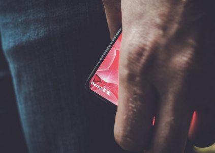 Создатель Android Энди Рубин дразнит первым фото своего полностью безрамочного модульного смартфона Essential