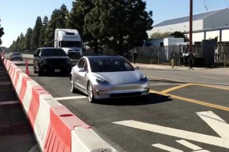 «It's Alive!»: в Калифорнии сняли на видео электромобиль Tesla Model 3, спокойно разъезжающий вдоль тестовой трассы SpaceX Hyperloop