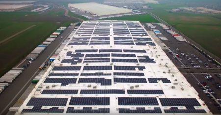 Amazon покроет крыши собственных складов солнечными панелями