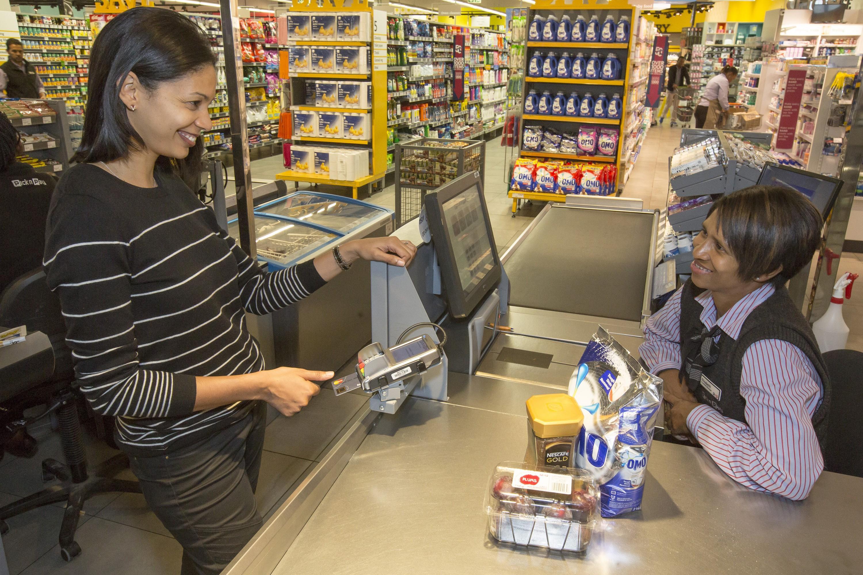 MasterCard переходит накарты совстроенным датчиком отпечатков пальцев